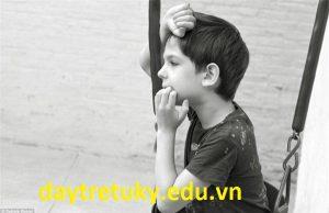 Nguyên do của những cử động lạ lùng của trẻ tự kỷ