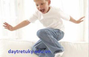 Thông lệ không thay đổi và các hành vi lạ của trẻ tự kỷ