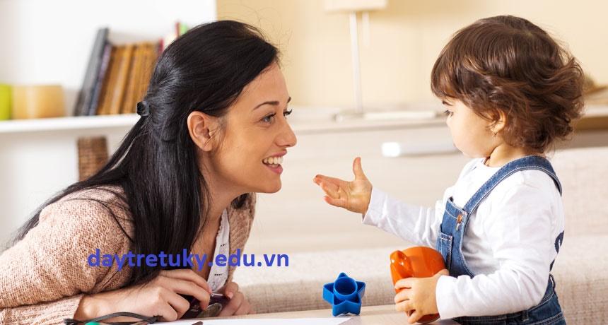 Trẻ tự kỷ nắm tay dẫn